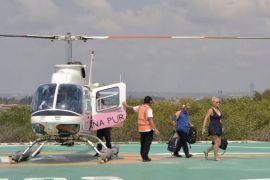 Wisatawan naik helikopter akibat gelombang tinggi