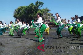 """Jelang Festival Tanah Lot, ratusan penari lakukan """"Nunas Pasupati"""""""