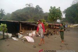 Puluhan warung Cisolok rusak diterjang gelombang pasang