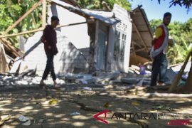 Pengungsi dan relawan gempa Madayin begibung daging kurban