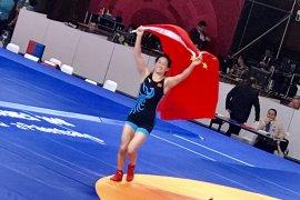Raih emas, pegulat China kibarkan bendera keliling arena