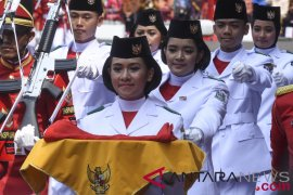 Pembawa bendera berjuang menahan senyum selama tugas