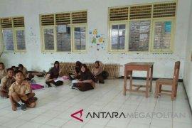 Miris, SD di Karawang terpaksa belajar di lantai