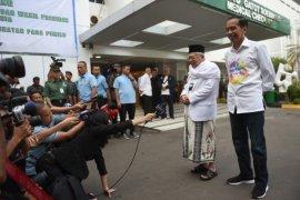 Jokowi-Ma`ruf tiba di RSPAD kenakan kemeja putih