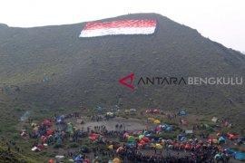 Pemuda kibarkan bendera raksasa di Bukit Kaba