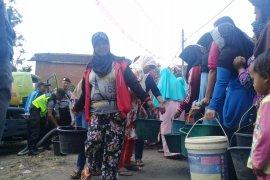 Warga antre air bersih di Babakan Garut