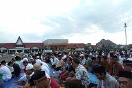 Warga Putussibau Idul Adha di Bandara Pangsuma