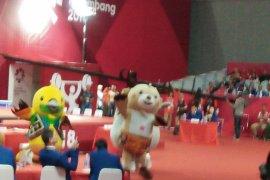 Tiga maskot Asian Games menari di hadapan Presiden Jokowi