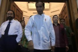 Jokowi bagikan sembako kepada korban gempa Lombok