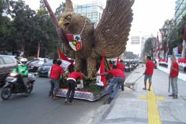 Patung Garuda terpajang di depan Gedung Joang
