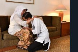 Jokowi sungkem ibunda sebelum ke KPU