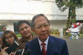 Mantan Menko Ekuin hadiri pelantikan putranya di Istana Negara
