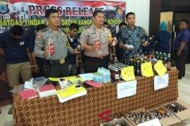 Polres HSS amankan tiga penjual dan ratusan botol miras