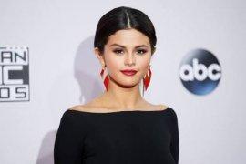 Selena Gomez rancang sepatu untuk wanita tangguh