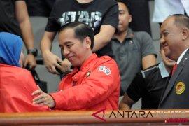 Joko Widodo memberi selamat Atlet Taekwondo Putri Indonesia