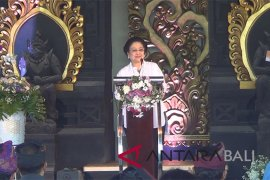 Megawati tutup Festival Tanah Lot (video)