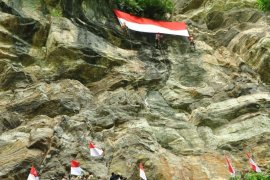 Bendera merah putih raksasa akan berkibar di puncak Gunung Poteng