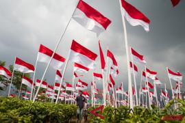 Camat bawa tiang sosialisasikan pengibaran bendera