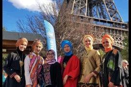Meeta pragakan busana muslim di kaki  Eiffel