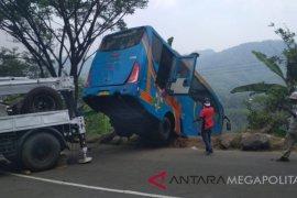 Bus terjun ke jurang kelebihan muatan