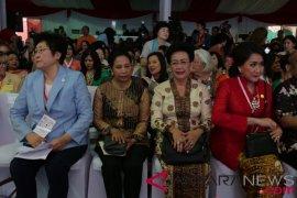 Menteri BUMN diapit Presiden ICW dan Ratu Hemas
