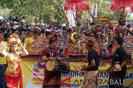 """Masyarakat dan wisatawan saksikan """"Festival Pesona Lokal"""" (video)"""