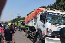 Polisi larang truk lewati jalur warga