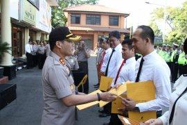Polrestro Jakbar beri penghargaan warga dan polisi berjasa