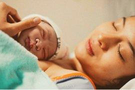 Lihat proses melahirkan, Chicco Jerikho makin sayang istri