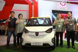 Wuling kenalkan mobil listrik mungil E100 di Surabaya