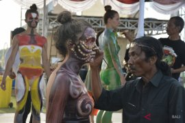 "Mahasiswa asing antusias ikuti ""body painting"" PNDF (video)"