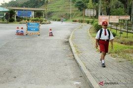 Lintasi Dua Negara Untuk Sekolah