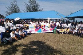 Mahasiswa baru Universitas Bengkulu bersihkan Pantai Jakat