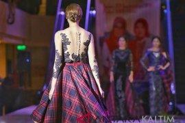 Dekranasda Samarinda tampilkan busana sarung pada gebyar UKM  di NTB