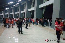 Kericuhan supporter Persija dibubarkan gas air mata