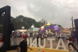 GBK hujan lebat, Pengunjung berhamburan cari tempat berteduh