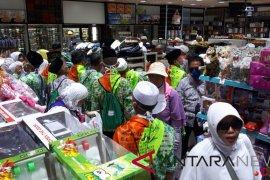 Laporan dari Mekkah - Jamaah haji ramai belanja di Pasar Kurnis