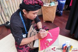 Perajin kipas Bali siapkan suvenir khusus untuk Jokowi