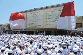 """Kaligrafi """"Raksasa"""" di Ponpes Salafiyah Syafi'iah Situbondo Peroleh Rekor Muri (Video)"""