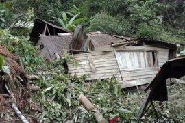 Satu unit rumah rusak dihantam longsor di Sitahuis