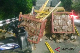 Truk kontainer mogok lukai pengendara motor