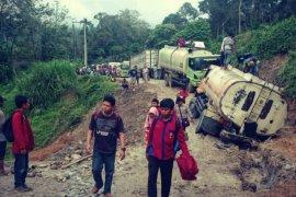 Ruas jalan nasional Batu Jomba macet total akibat truk terperosok