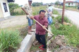 Warga Siatasbarita gotongroyong perbaiki irigasi sawah