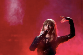 Taylor Swift buka American Music Awards, bungkam soal politik