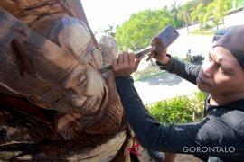 Pemuda Gorontalo Ubah Pohon Mati Menjadi Seni