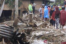 Tanah Datar serahkan bantuan korban banjir bandang