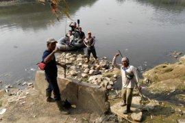 Tim gabungan Bekasi-Bogor buru buaya Sungai Cileungsi
