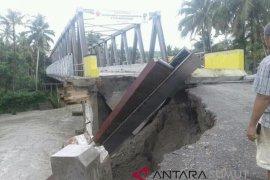 Jembatan amblas di Nias Barat akibat banjir