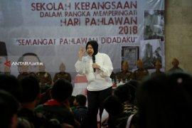 Risma Jadi Guru di Sekolah Kebangsaan Surabaya