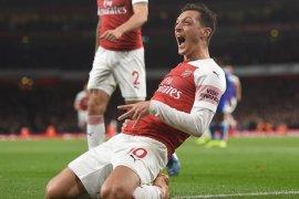 Sebagai kapten, Ozil tampil memukau saat Arsenal taklukkan Leicester